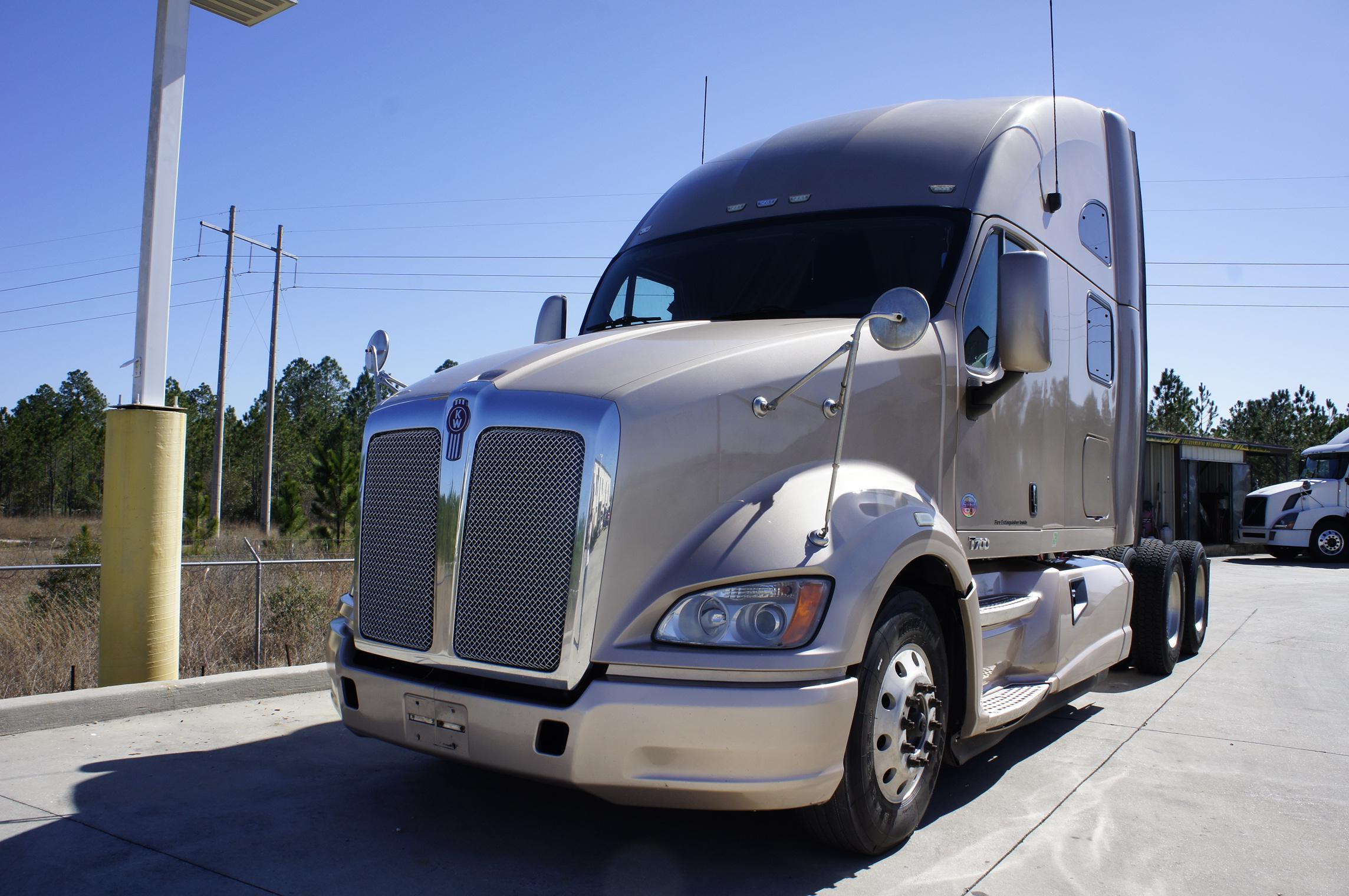 USED 2012 KENWORTH T700 SLEEPER TRUCK #131838
