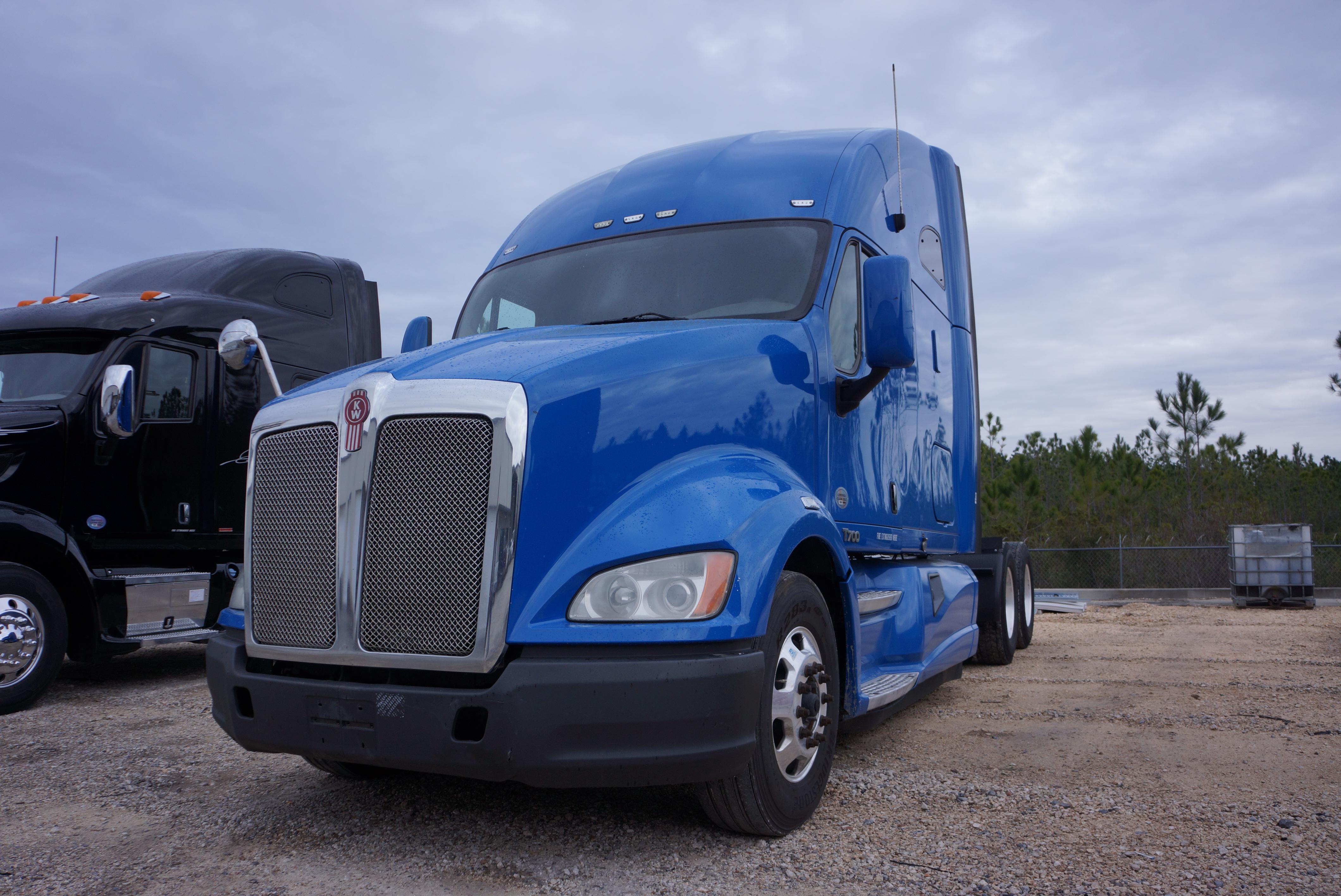 USED 2012 KENWORTH T700 SLEEPER TRUCK #133830