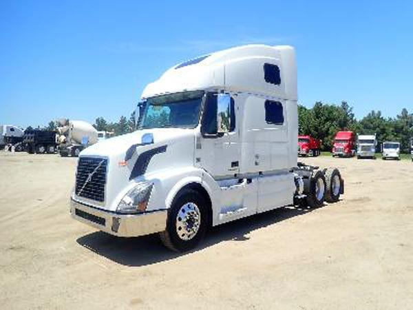 USED 2014 VOLVO 780 SLEEPER TRUCK #149044