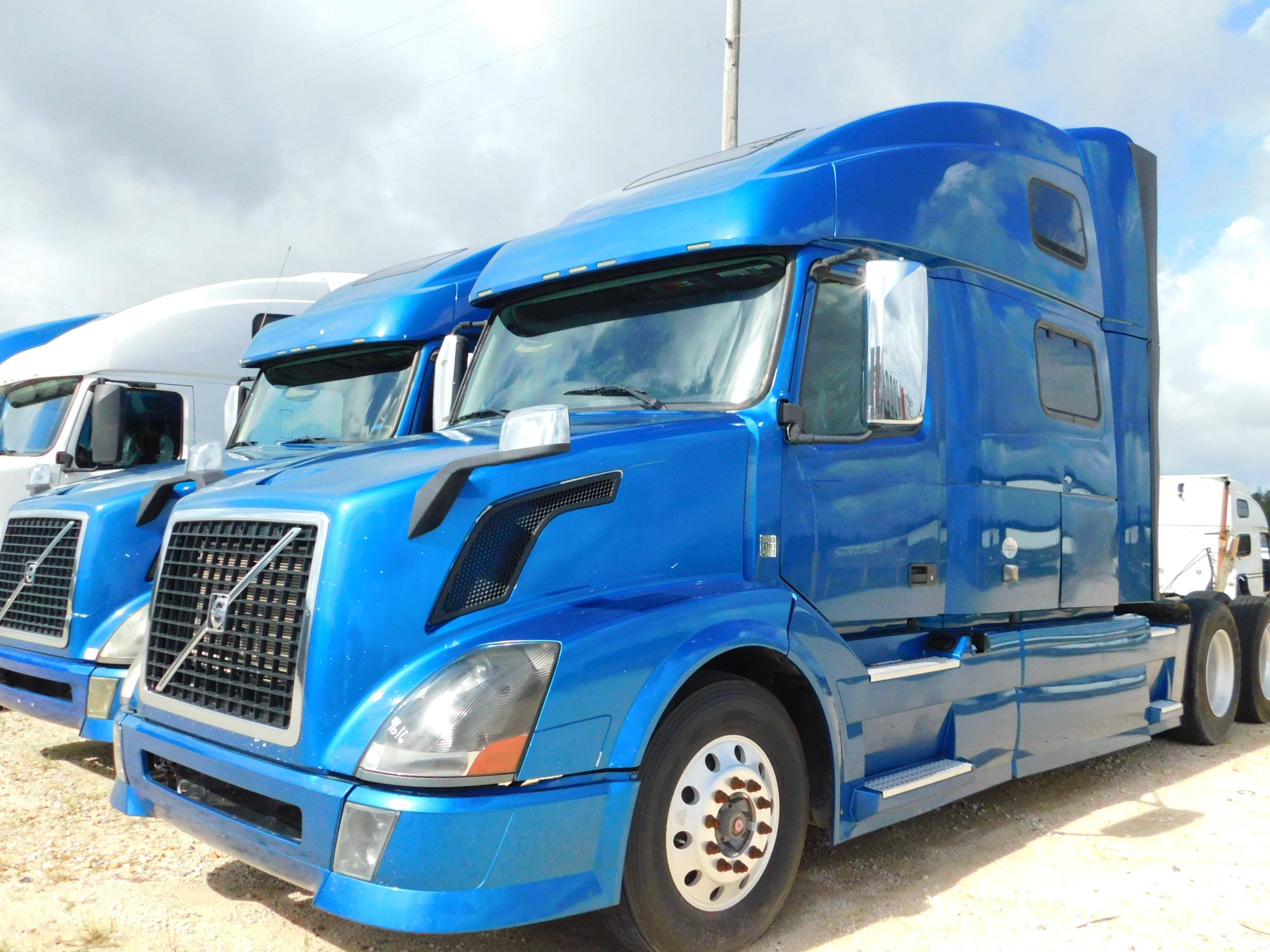 USED 2013 VOLVO 780 SLEEPER TRUCK #76738