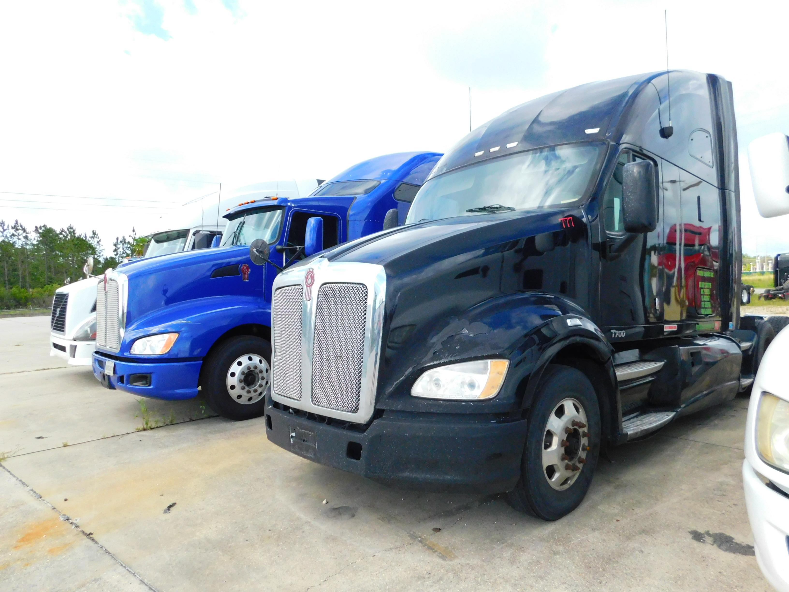 USED 2012 KENWORTH T700 SLEEPER TRUCK #86952
